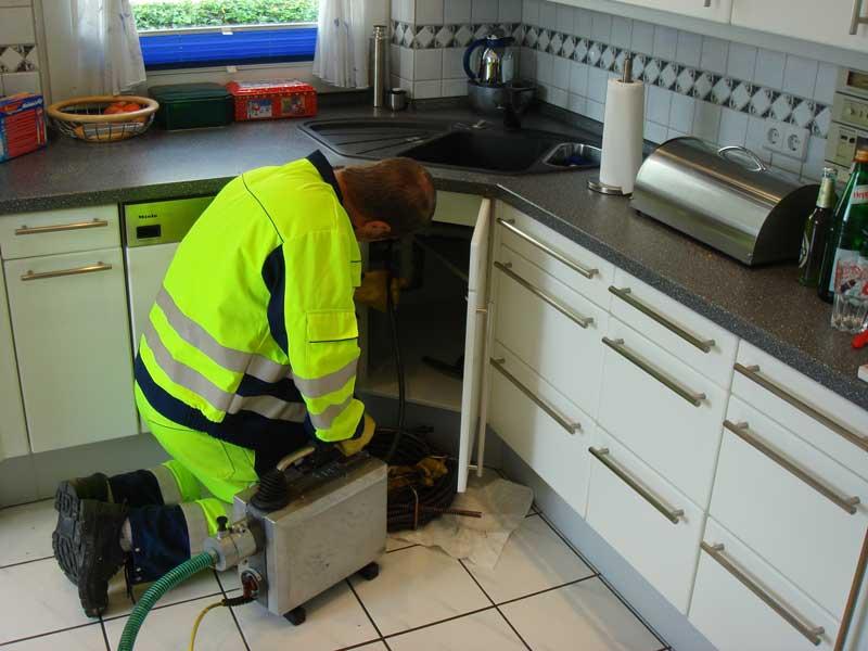 Ein Monteur des Rohrreinigungs-Dienst Krüsselmann bei Abflussarbeiten